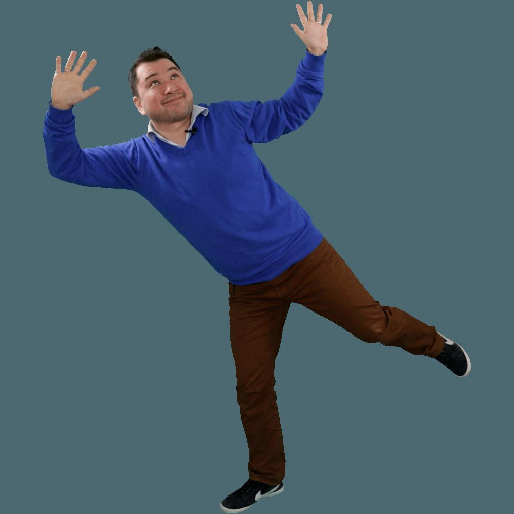 Ein Mann steht auf einem Bein, streckt beide Hände in die Luft, als wäre er gerade aus einem Sprung gelandet